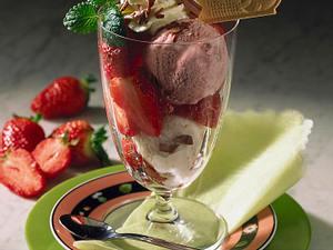 Großer Erdbeer-Eisbecher Rezept