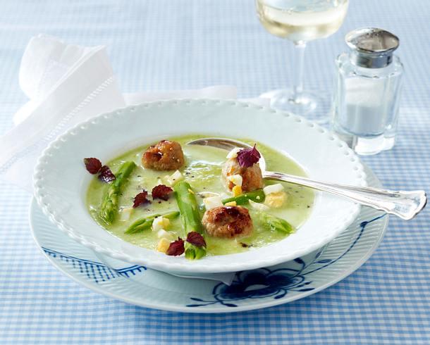 Grüne Spargelcremesuppe mit Brätklößchen, gehacktem Ei und Kresse Rezept