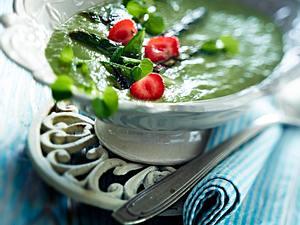 Grüne Spargelsuppe mit Erdbeeren Rezept