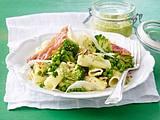 Grüne Tortiglioni mit Zucchini-Pesto und Schinken-Chips Rezept