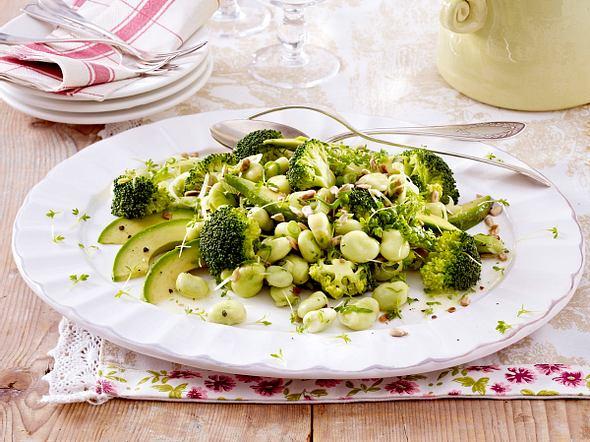 Grüner Salat mit Brokkoli, Saubohnen, Avocado und Lauchzwiebeln Rezept