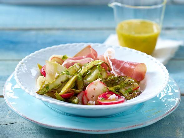 Grüner Spargel-Kohlrabi-Salat mit Parmaschinken und Radieschen in Kerbel-Vinaigrette Rezept
