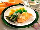 Grüner Spargel mit Lachsfilet und Senfsoße Rezept