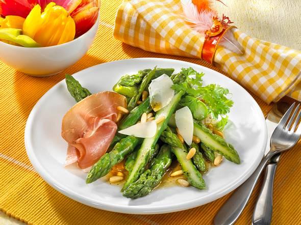 Grüner Spargel mit Parmaschinken und Pinienkernen Rezept