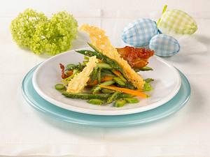 Grüner Spargel-Möhrensalat mit Serranoschinken und Parmesanchips Rezept