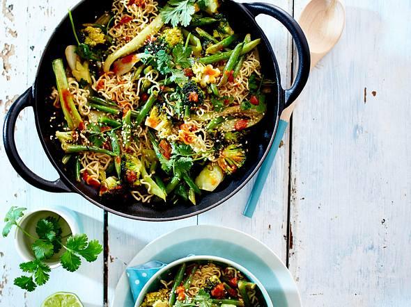 Grünes Wokgemüse mit Eiernudeln Rezept