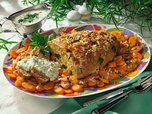 Grünkern-Zucchinibraten auf Möhrengemüse mit Dickmilch-Kräuter-Soße Rezept