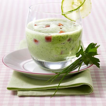 Gurken-Kräutersuppe mit Buttermilch und Tomatenwürfel Rezept