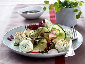 Gurken-Radieschen-Salat mit Kräuter-Frischkäsebällchen in Sesamsoße Rezept