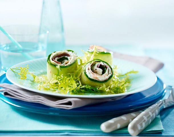 Gurken-Schinkenröllchen mit Dillfrischkäsecreme auf Friséesalat Rezept