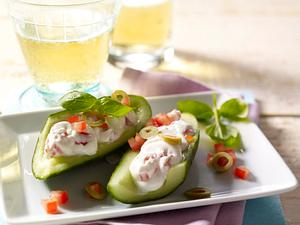 Gurkenschiffchen mit Tomaten-Oliven-Quark Rezept