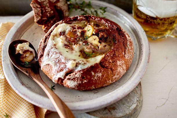 Hack-Käse-Suppe im Brot Rezept