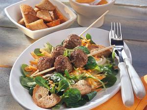 Hackbällchen auf Feldsalat Rezept