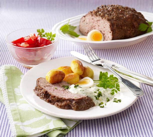 Hackbraten mit Frankfurter Soße, Tomatensalat und Röstkartoffeln Rezept