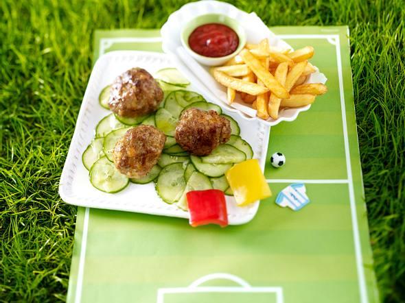 Hackfußbälle auf Gurkensalat-Spielfeld Rezept