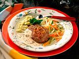 Hacksteak mit Kräuterspätzle, buntem Gemüse und Trüffel-Rahm-Soße Rezept