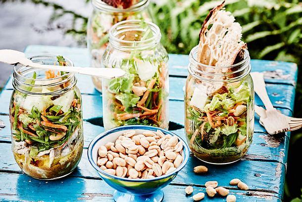 Hähnchen- und Veggie-Salat im Glas
