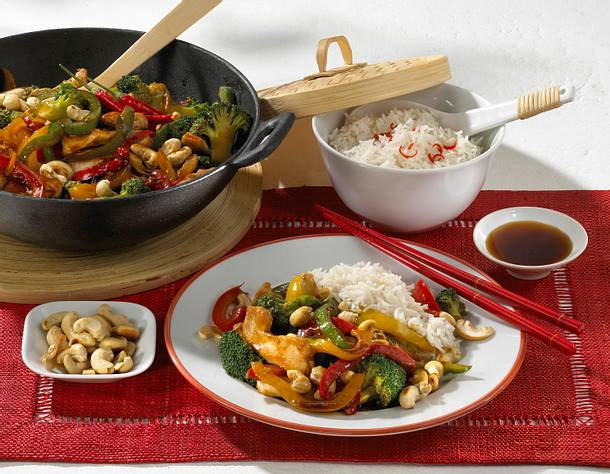 Hähnchenfilet aus dem Wok mit Paprika, Brokkoli, Sojasoße und Reis Rezept