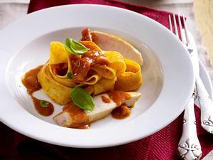 Hähnchenfilet mit Tomaten-Currysoße und Bandnudeln Rezept