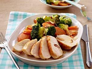 Hähnchenfilet zu Brokkoli und Möhren (Eiweißgericht, Schlank im Schlaf) Rezept