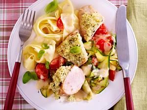 Hähnchenfilets mit Kräuterkruste, dazu Bandnudeln und Zucchini-Tomaten-Sahnesoße Rezept