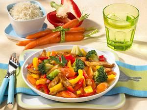 Hähnchengeschnetzeltes mit Broccoli, Möhren und Paprika Rezept