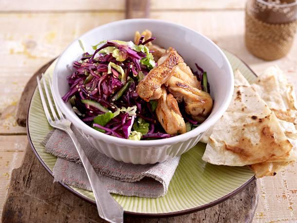 Hähnchenkeulenfleisch auf Rotkohlsalat Rezept