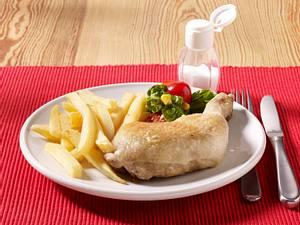 Hähnchenschenkel mit Pommes und Salat Rezept