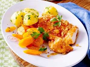 Hähnchenschnitzel in Chips-Panade zu Möhrengemüse und Petersilienkartoffeln Rezept
