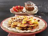 Haselnuss-Waffeln mit Schokosoße, Honigbananen und Granatapfelkernen Rezept