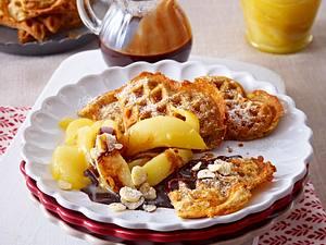 Haselnuss-Zimtwaffeln mit karamellisierten Birnenspalten und Schokosoße Rezept
