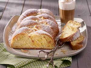 Hefe-Nusszopf mit Marzipan und Apfel Rezept
