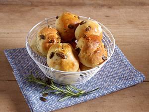 Hefebrötchen mit Rosinen und Walnüssen Rezept