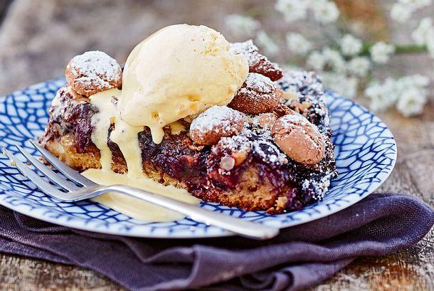 Heidelbeer-Amarettini-Kuchen mit Eis Rezept