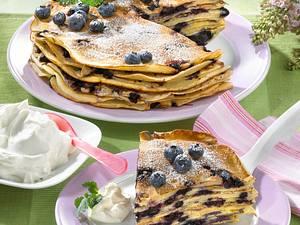 Heidelbeer-Pfannkuchenturm mit Schmand Rezept