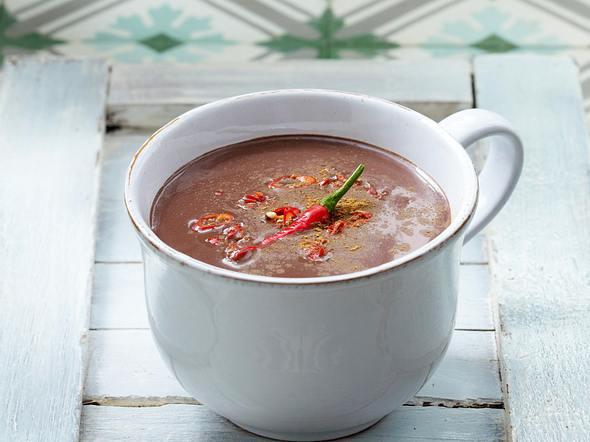 Heiße Schokolade 6 x anders: mit Chili, Zimt und Rum Rezept