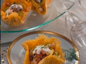 Heringssalat in der Käseschale Rezept