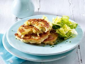 Herzhafte Küchlein mit Kartoffeln, Parmesan und Schnittlauch (vier mal anders) mit Blattsalat Rezept