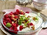 Himbeer-Dessert mit Knusperbröseln und Sauerrahmschaum Rezept