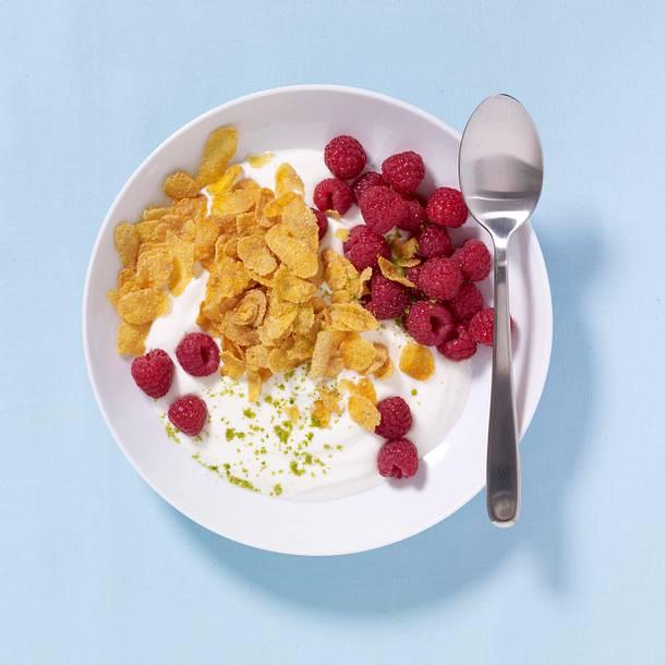 Himbeermüsli mit Cornflakes und Joghurt Rezept