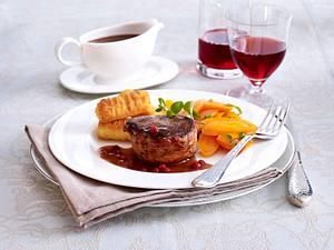 Hirschmedaillons in Portwein-Preiselbeersoße zu Kroketten und glasierten Möhren Rezept