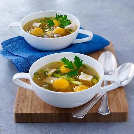 Hühner-Bouillon mit Möhrenklößchen und Lauchzwiebeln Rezept