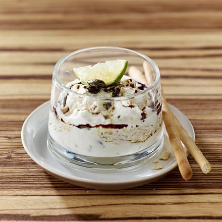 Hüttenkäse-Dip mit Crème fraîche, Limette, Kürbiskernen und -öl Rezept