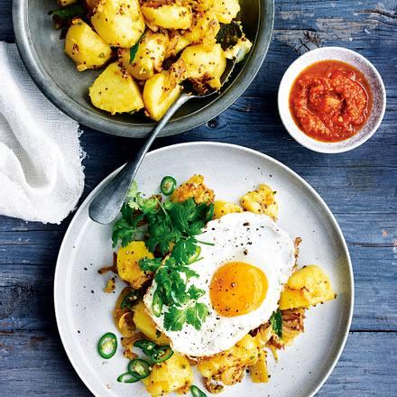 Indische Bratkartoffeln mit Spiegelei und Paprikarelish Rezept