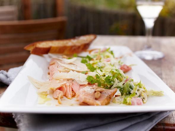 Italienisches Lachsforellenfilet mit Caesar's Salad Rezept