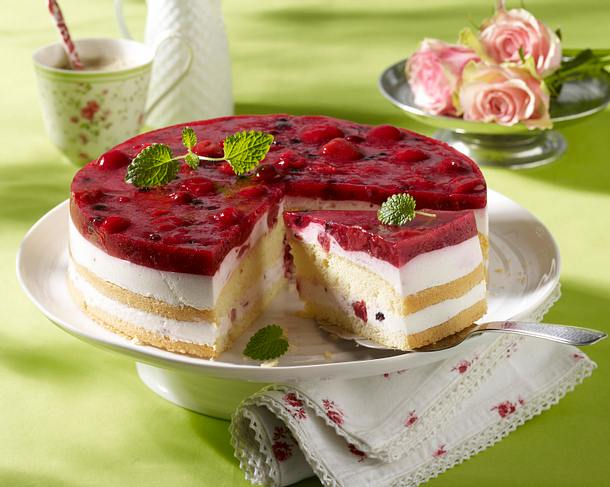 Joghurt-Biskuit-Torte mit roter Grütze Rezept
