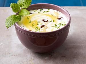 Joghurt mit Lemon Curd, Rosinen, braunem Zucker und Melisse Rezept