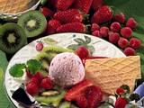 Joghurt-Waldfrucht-Eis mit marinierten Früchten Rezept
