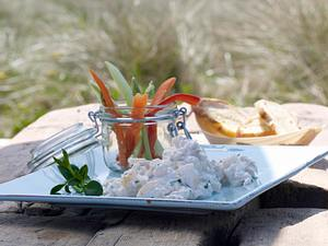 Kabeljausalat mit Gemüsesticks und Brotchips (Sansibar-Sylt) Rezept