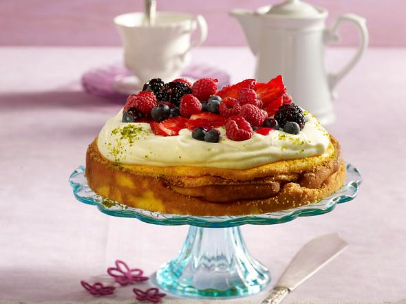 Käse-Sahne-Torte mit Beeren Rezept